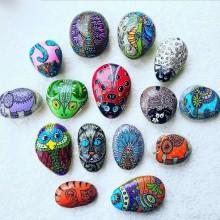 מגוון חיות מצוירות על אבנים