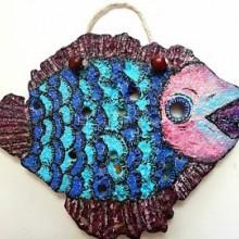דג גדול עשוי מאבן כורכר טבעית מיועד לתליה