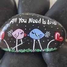 כל מה שצריך זו אהבה על אבן בזלת שחורה