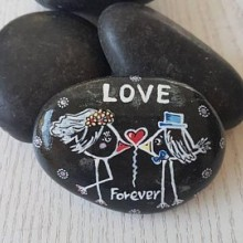 זוג יונים על חלוק אבן בזלת שחורה