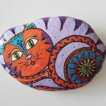 חתול מכורבל מצויר על אבן