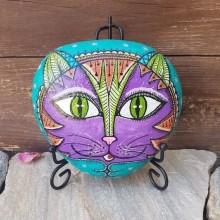 פני חתול מצוירים על אבן