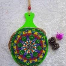 מנדלה צבעונית מצוירת על אבן צפחה מיועדת לתליה