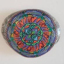 מנדלה צבעונית מצוירת על אבן