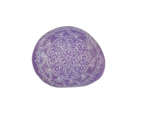 מנדלה סגולה בדוגמת תחרה מצוירת על אבן