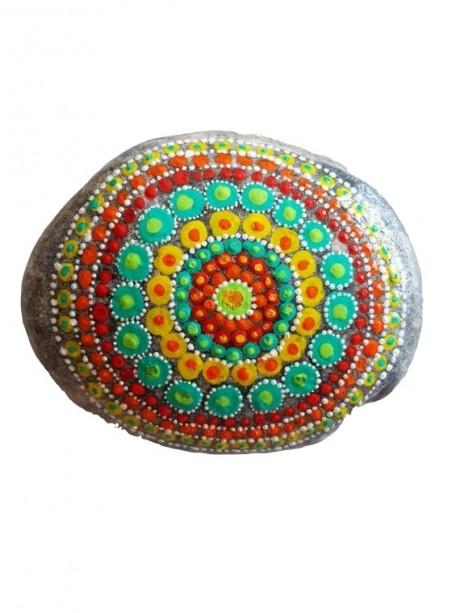 מנדלה מנוקדת מצוירת על אבן