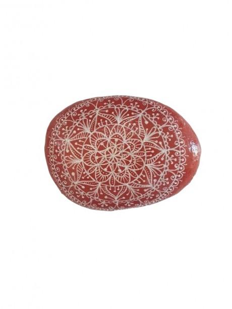מנדלה בצבע אדמה בדוגמת תחרה מצוירת על אבן